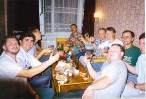 Участники регионального семинара НИСЭПИ по экономическим реформам в посткоммунистическом обществе за дружеским столом (Гродно, август 1995 г.)