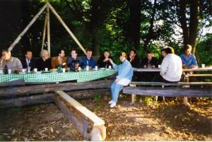 Участники регионального семинара НИСЭПИ по проблемам реформирования рыночной экономики Беларуси за дружеским столом (Витебск, июнь 1996 г.)