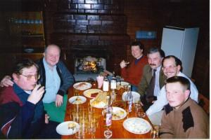 Участники регионального семинара НИСЭПИ по проблемам формирования общественных лидеров за дружеским столом (Витебск, январь 1997 г.)
