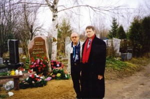 О. Манаев и Л. Заико на могиле Анатолия Майсени в годовщину его трагической гибели (Минск, ноябрь 1997 г.)