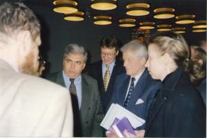 Председатель Парламентской ассамблеи ОБСЕ А. Северин и руководитель КНГ ОБСЕ в РБ Х.-г. Вик на брифинге БФМ/НИСЭПИ (Минск, апрель 2000 г.)