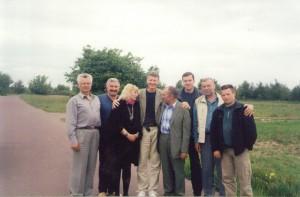 Докладчики регионального семинара НИСЭПИ по повышению роли независимых социальных исследований в Беларуси и экспертных сетей в гостях на фермерском хозяйстве (Гомель, июнь 2002 г.)