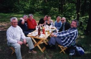 Участники регионального семинара НИСЭПИ по проблемам публичной политики за дружеским столом (Гродно, июнь 2004 г.)