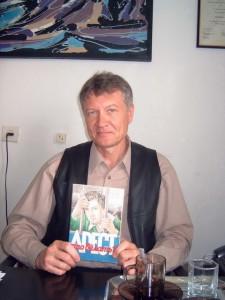 О. Манаев с брошюрой «Арест: что делать?» в офисе НИСЭПИ (Минск, октябрь 2004 г.)