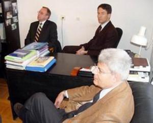 Визит солидарности послов стран Евросоюза и США в НИСЭПИ после ночного обыска КГБ (Минск, декабрь 2004 г.)
