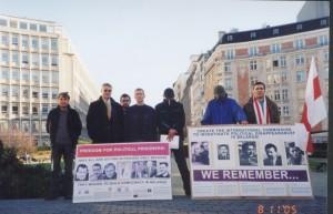 О. Манаев с участниками пикета-голодовки белорусских эмигрантов в знак протеста против политических репрессий в Беларуси (Брюссель, ноябрь 2005 г.)